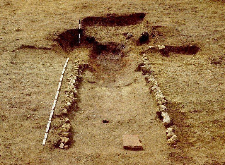 Séchoir à céréales du troisième quart du IVe siècle. Il comprend une aire de chauffe circulaire appareillée de blocs de grès, prolongée par une longue conduite en blocage de craie et parois en tuiles.