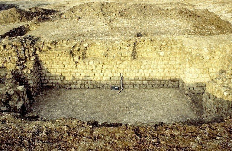 Une ferme indigène de la fin de La Tène finale a été réaménagée au cours de la période flavienne. Au début du IIIe siècle, le site est partiellement réorganisé avec la construction de bâtiments rectangulaires sur fondation de craie damée et d'un porche qui évoquent un plan classique de villa. Elle comprend une grande cave appareillée.