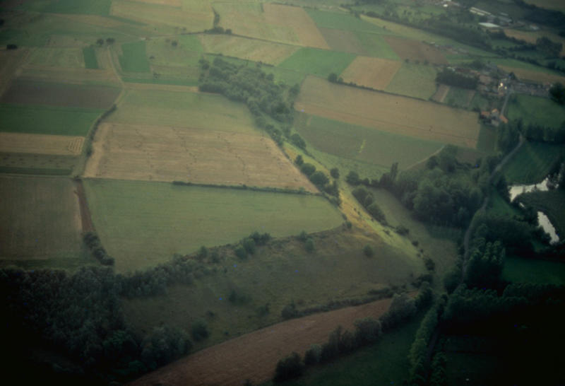 Camp d'éperon barré enceinte unique fossé simple matériel lithique paléolithique supérieur