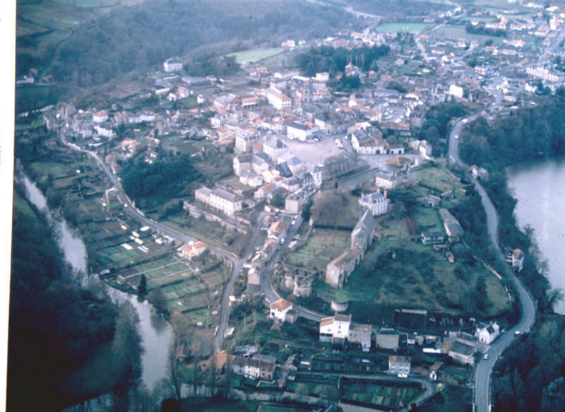 Eperon fortifié, fossé nord, enceinte médiévale.