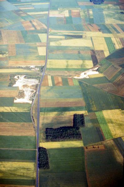 Fanum discernable au haut du cliché (à droite de la route).