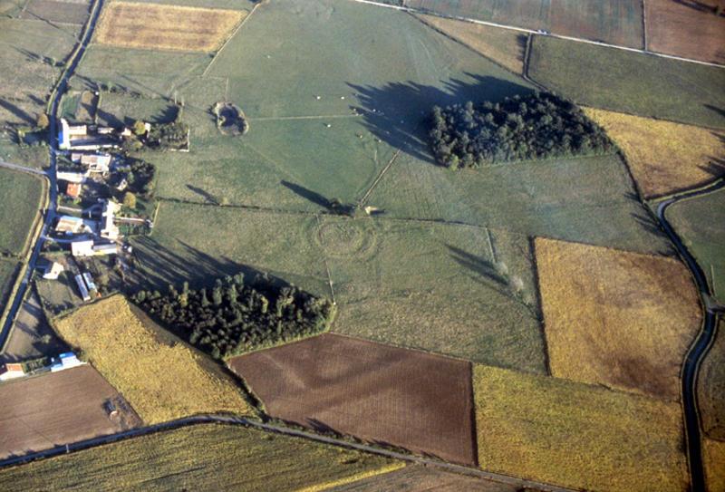Motte arasée à 600m au sud-est du cimetière de Chey