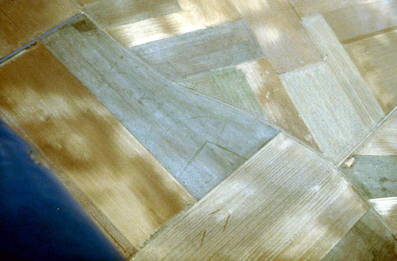 Enclos quadrangulaire inclus dans enclos ovoïde, trous de poteau.