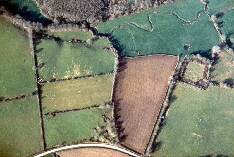 Plate-forme défensive rectangulaire entourée de fossés partiellement comblés