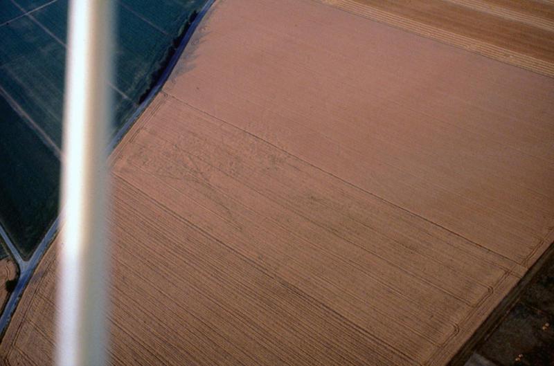 Grand enclos rectangulaire recoupé par des fossés ou un autre enclos.