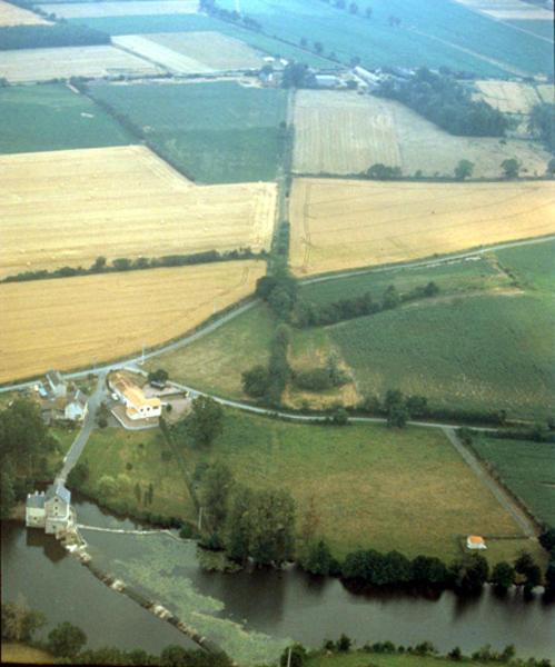Chausée ancienne et moulin, tracé de parcellaire.