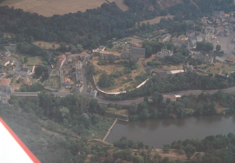 Basse ville et rempart, confluent Argenton/Ouèse.