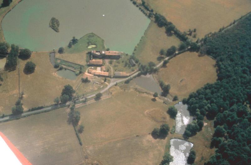 Maison fortifée et plate forme ou motte arasée.