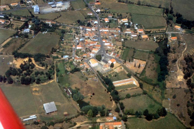 Village circulaire sur promontoire dominant Argenton