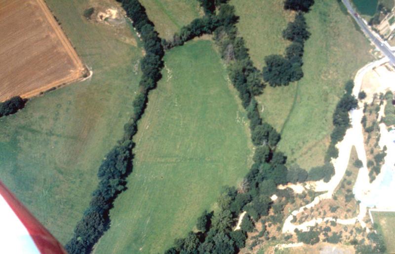 Enclos circulaire isolé, aire d'habitat associée.