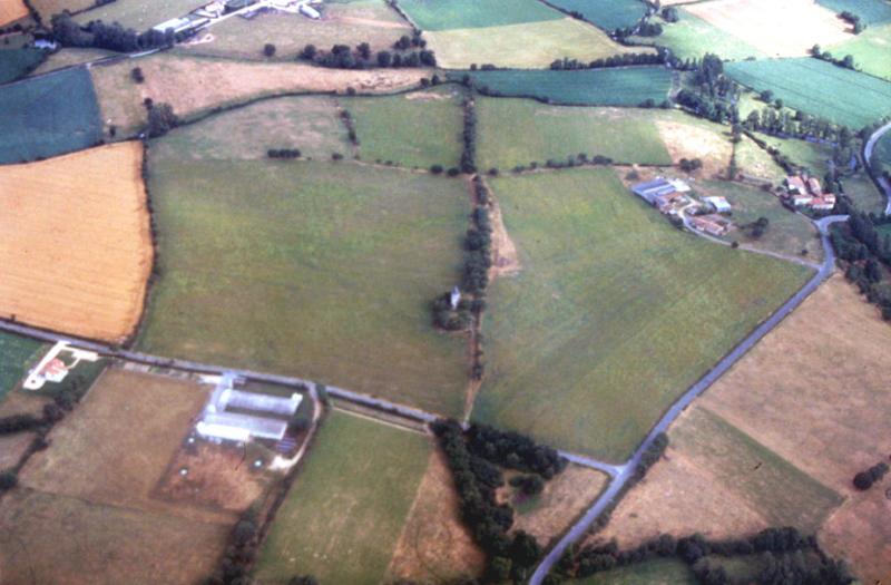 Moulin dans petit enclos, structures quadrangulaires englobantes.