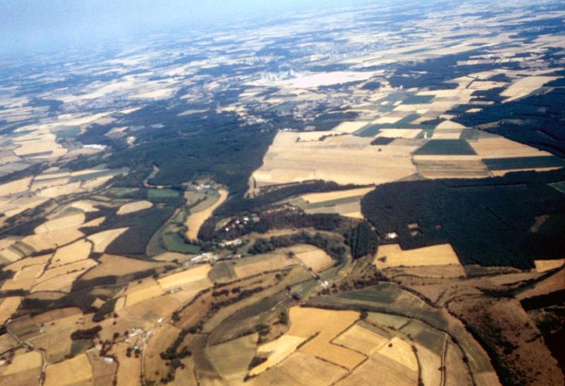 Vue générale de la vallée de Gâteau, ancien méandre. Orangerie.