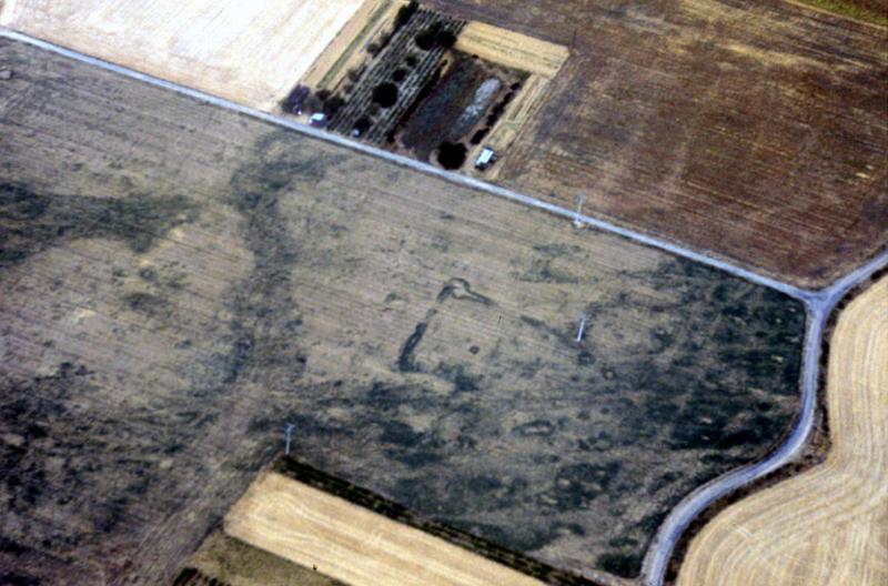 Sous-sol remanié, enclos quadrangulaire partiel possible.