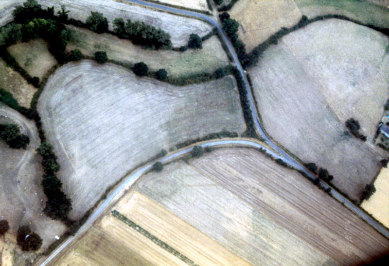 Fondations, fosses, enclos circulaire et rectangulire, habitats rectangulaires et circulaires ?