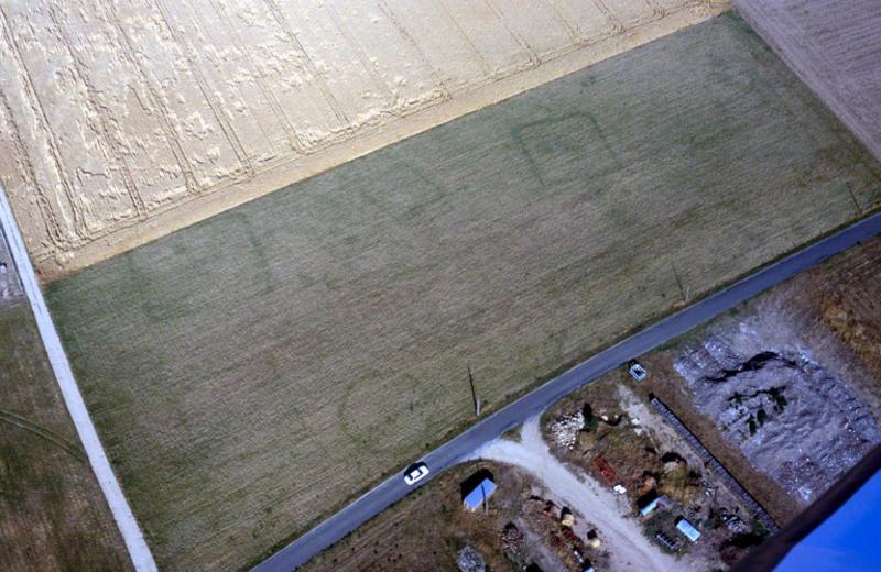 Site regroupant plusieurs enclos quadrangulaires de 10 à 15 m de côté.