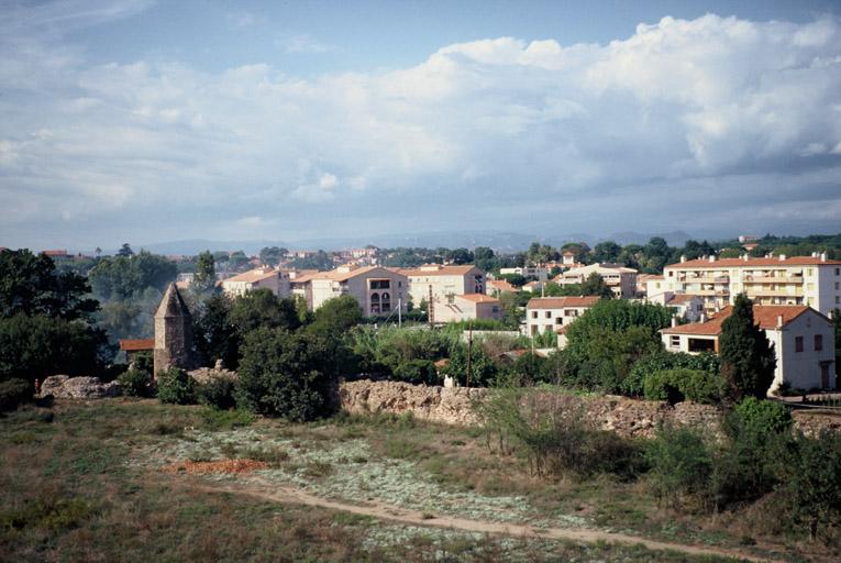 Vue générale, avec la façade sud du mur de bordure du quai appuyé contre la Lanterne, prise du sud-est.