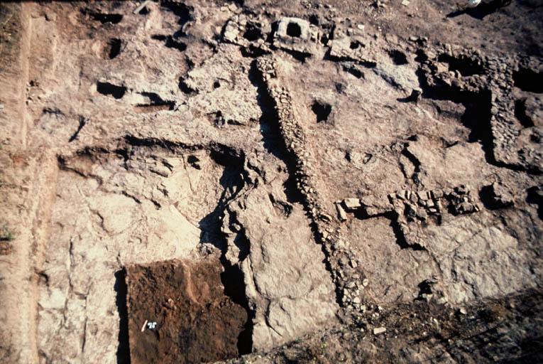 Vue générale des petits monuments à incinération des fosses des tombes.