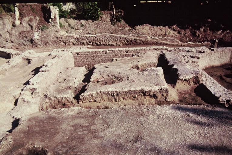 Vue de détail de la pièce 4 avec sol en béton de tuileau.