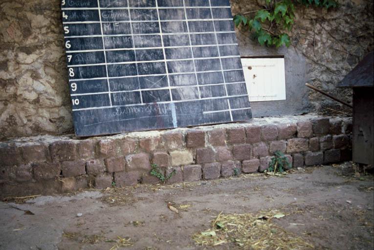 Vue du mur romain visible dans la cour sud.