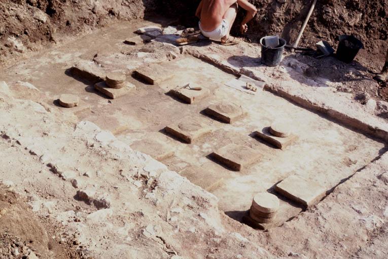 Vue du caldarium avec les suspensurae soutenues par des pilettes formées de briques rondes reposant sur des briques carrées.