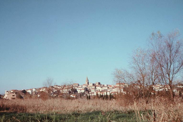 Vue de Fréjus depuis le port.