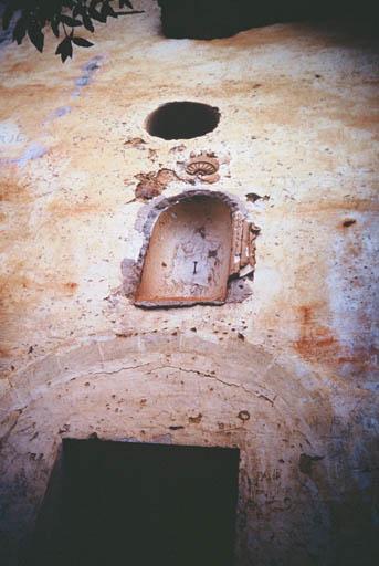 Vue de la chapelle troglodyte avec les ouvertures décorées en stuc.