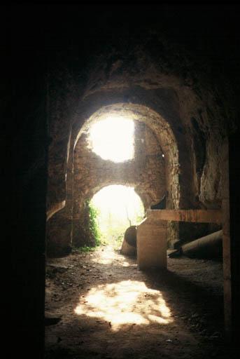 Vue de l'intérieur du porche d'entrée de l'église souterraine.