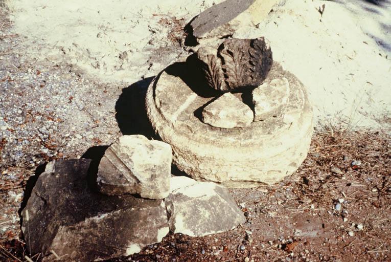 Vue d'éléments de décoration architecturale en pierre locale.