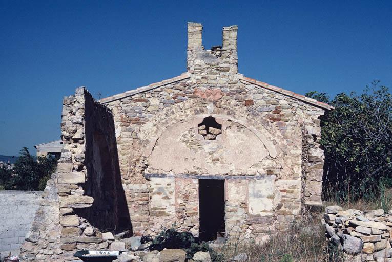 Vue de la façade de l'église.