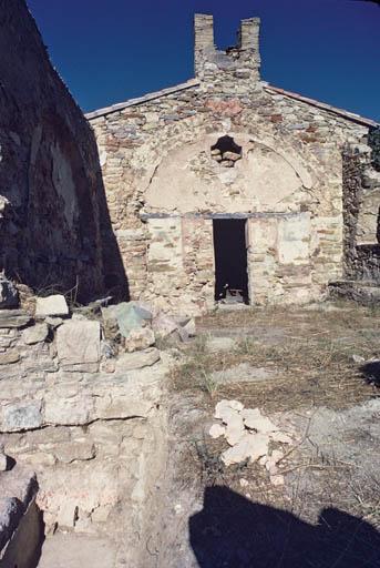 Vue rapprochée de la façade de l'église.