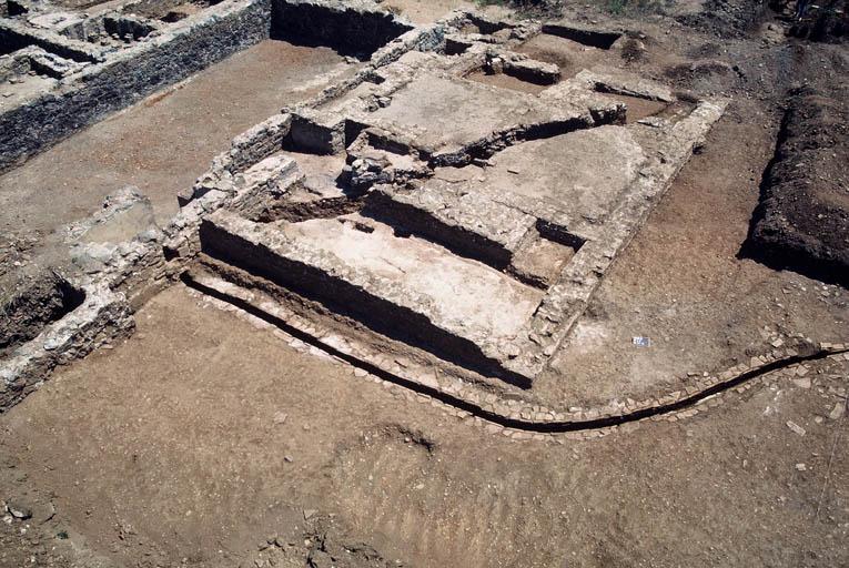 Vue de la partie thermale ; au premier plan caniveau des thermes.