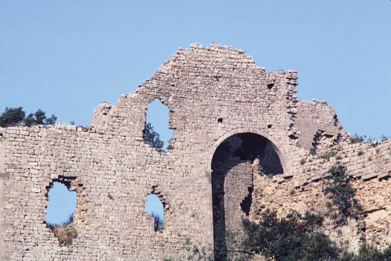 Vue de l'élévation du mur au-dessus de la chapelle du château.