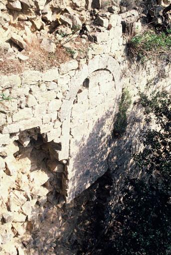 Vue du mur est, ouverture condamnée, partie de citerne.
