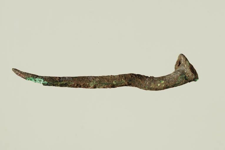 Clous traversant et tenant la feuille de bronze avec inscriptions divinatoires