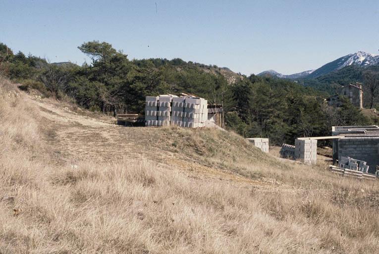 Vue d'ensemble du site (localisation des deux points de récolte Premier point dans le virage du chemin ; deuxième point au second plan dans l'excavation de la maison).