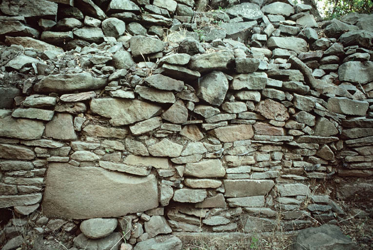 Vue de détail de l'appareil du mur.