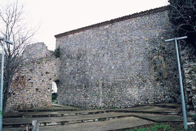 Vue du site du château avec la chapelle Saint-Barthélémy et le rempart.