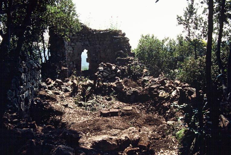 Intérieur : la chapelle en cours de nettoyage.