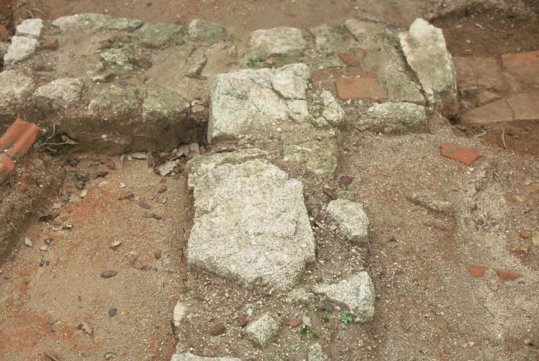 Vue du mur mitoyen des pièces 1 et 3 finissant en T et des piédroits des seuils.