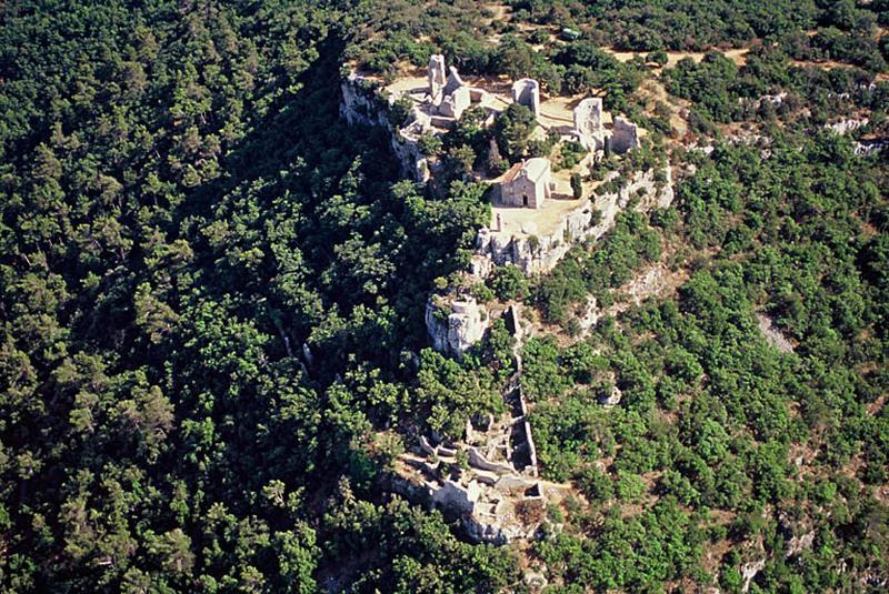 Édifice fortifié ; village