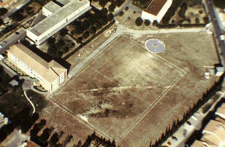 Voie ; occupation : voie traversant le terrain en diagonale et bâtiment rectangulaire