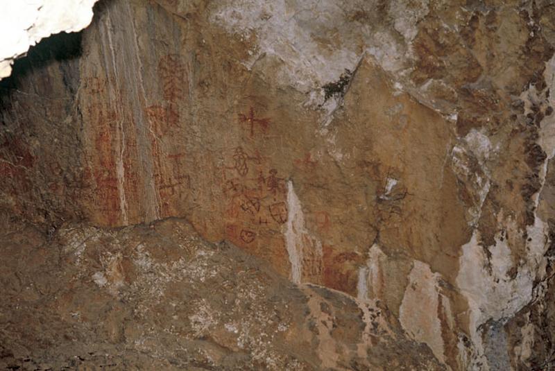 Grotte ornée : avec paroi peinte