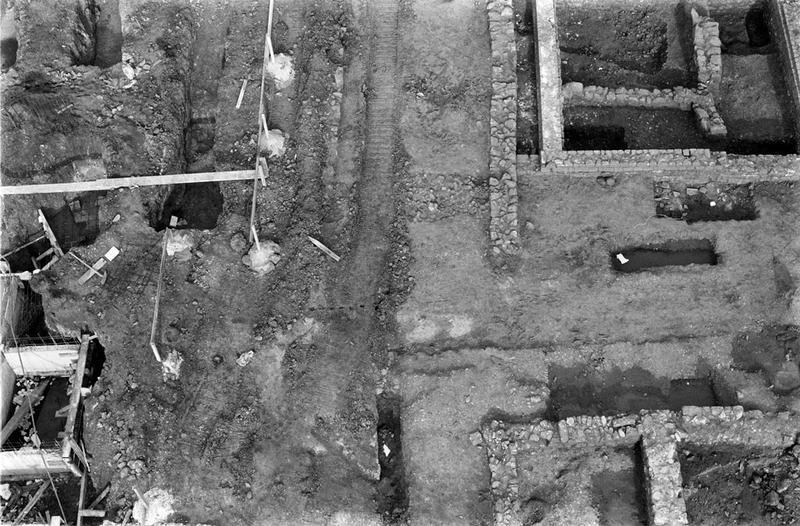 Nécropole : enclos et tombes, voie : voie funéraire