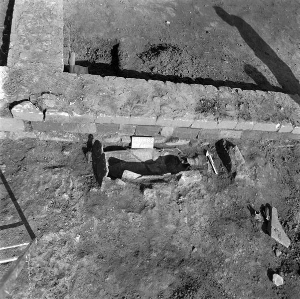 Nécropole : enclos et inhumation