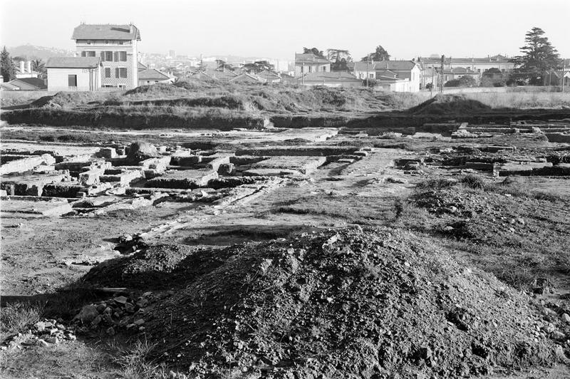 Îlot : quartier de plusieurs îlots d'habitations composés de petites maisons, avec rues et réseau d'assainissement