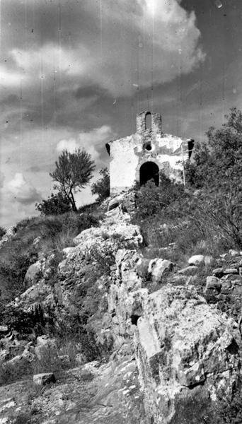 bourg castral : avec rempart et chapelle