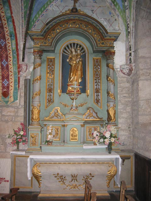 Retable secondaire, avec croix d'autel et statue de Vierge à l'Enfant