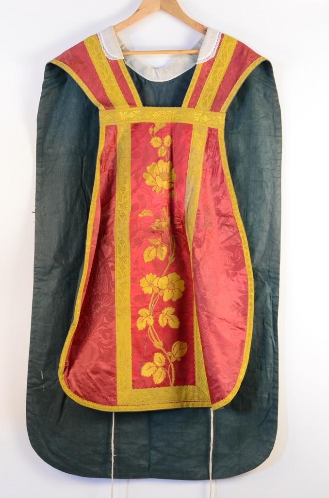 Chasuble ; étole de clerc ; manipule ; bourse de corporal ; voile de calice : ornement rouge 3