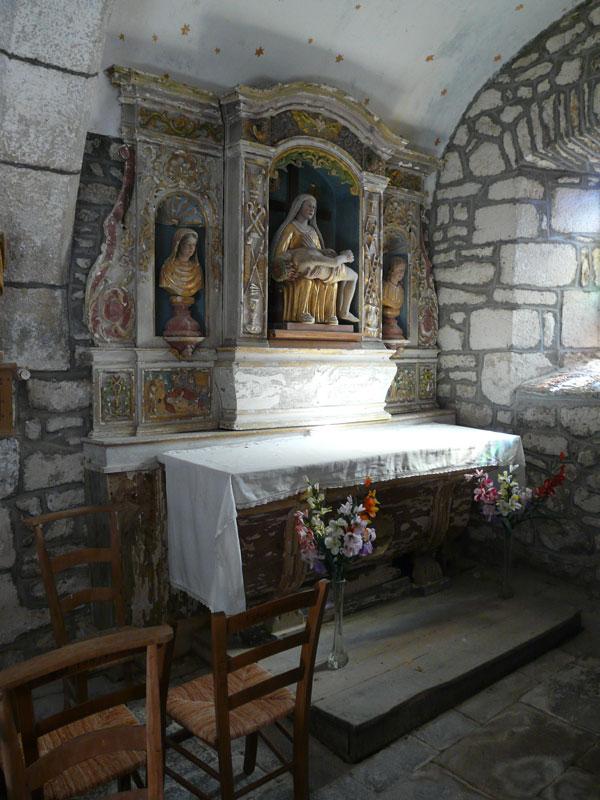 Retable et statue de Vierge de Pitié