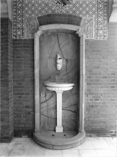 Fontaine monumentale (d'applique)